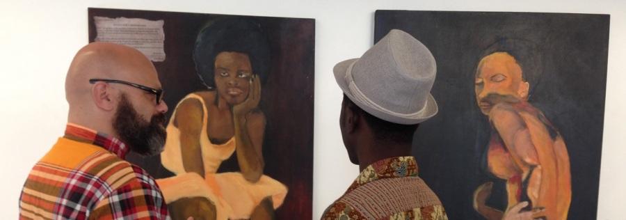 Bart Krieger samen met kunstenaar Isan Corinde op de solo-expositie van Ken Doorson. Foto gemaakt door Renée Koldewijn.