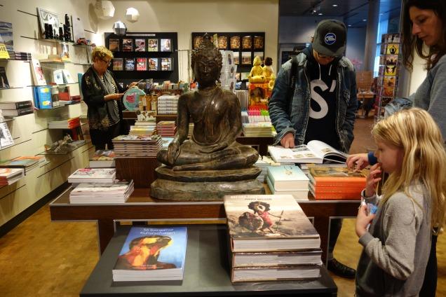 In de museumwinkel Volkenkundig museum Leiden!